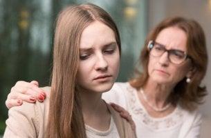 Madre che consola la figlia autostima negli adolescenti
