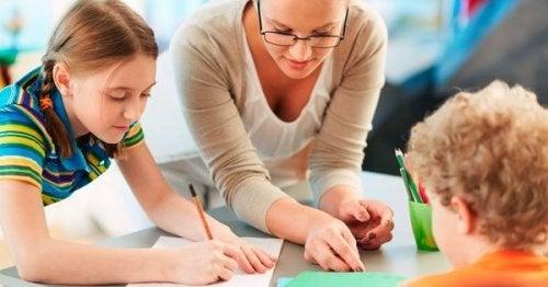 Una maestra con degli alunni