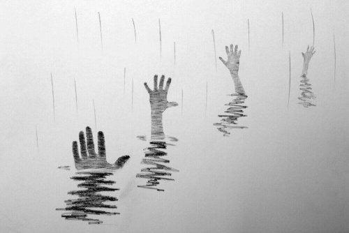 Mani che escono dall'acqua