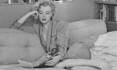 Marilyn Monroe che legge una rivista
