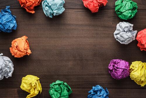 Palline di carta colorata