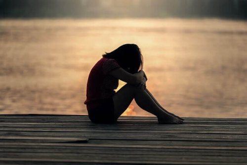 Ragazza adolescente che piange su un molo
