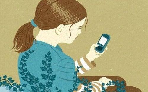 Ragazza che guarda il cellulare