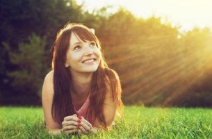 Una ragazza che guarda il sole atteggiamento mentale positivo