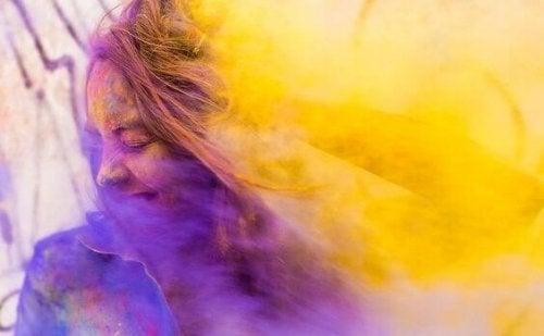 Ragazza avvolta da colori, rappresentazione delle frasi di Isabel Allende