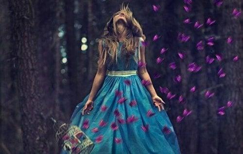 Ragazza con vestito celeste circondata da farfalle