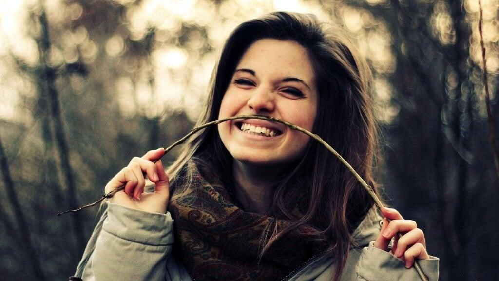 Ragazza felice ridere di se stessi
