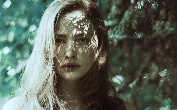 Ragazza immersa nella natura superare un abuso emotivo