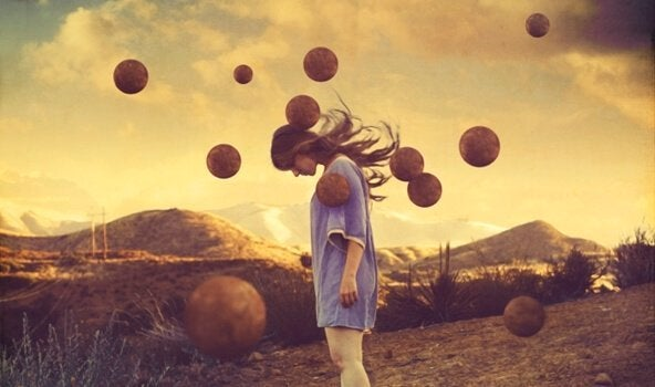 Ragazza circondata di palloni a mezz'aria, mentre pratica il pensiero rilassato
