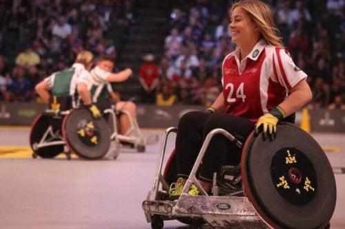 Ragazza su sedia a rotelle che fa sport
