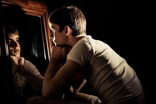 Ragazzo adolescente che si guarda allo specchio