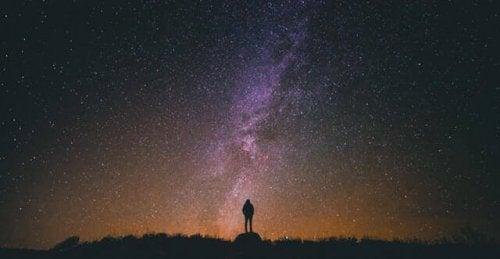 Un ragazzo che guarda il cielo