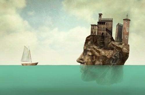 Testa con edificio soprastante sommersa a metà nell'acqua e barca