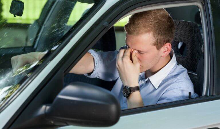 Uomo ansioso in macchina