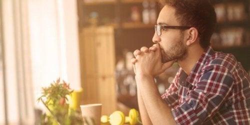 Uomo con occhiali che pensa