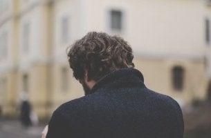 Uomo di spalle con la testa bassa