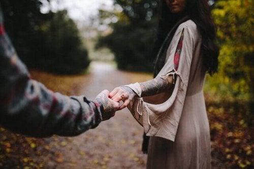 Uomo e donna per mano