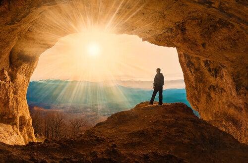 Uomo in una grotta