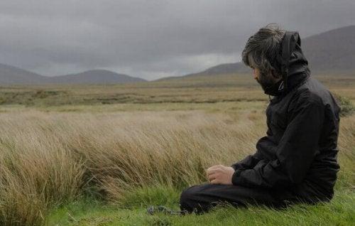 Uomo pensieroso in un campo