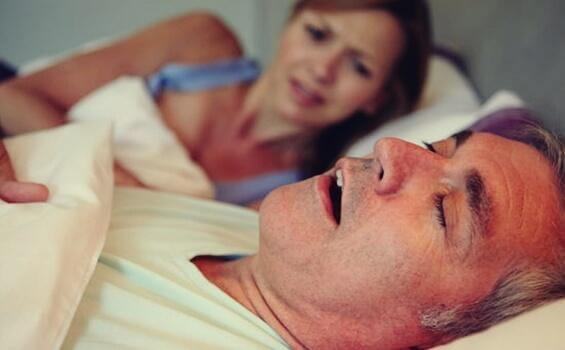 Uomo con apnea notturna