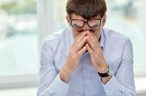 Uomo che soffre di stress