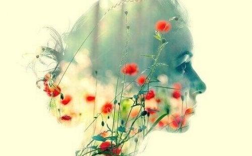 Volto di donna con fiori sovrapposti