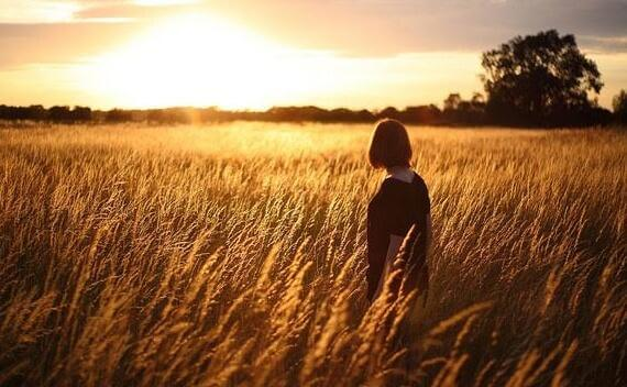 Donna su di un campo di grano