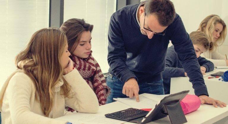 Professore con gli alunni