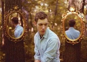 Ragazzo specchi nel bosco