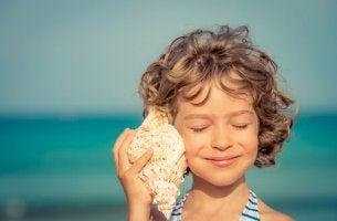 Una bambina che ascolta suono conchiglia esercizi di rilassamento