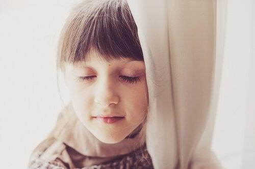 Una bambina con gli occhi chiusi