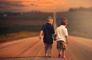 Bambini che si tengono per mano