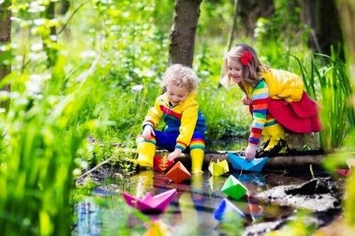 Bambini che giocano e rappresentano l'importanza dell'educazione emotiva