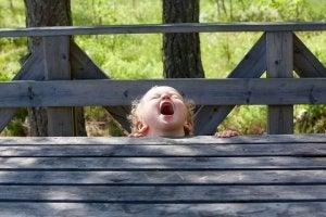 Bambino seduto su una panchina