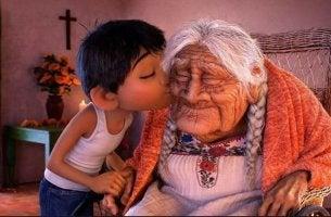 Bambino che bacia la sua nonna