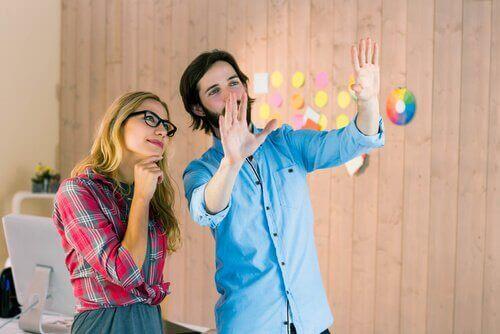 Colleghi di lavoro discutono un progetto