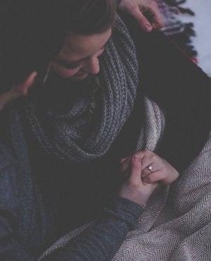 Coppia abbracciata voglio che tu mi capisca