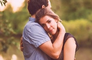 Coppie postmoderne uomo e donna abbracciati