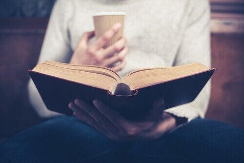 Una donna che legge