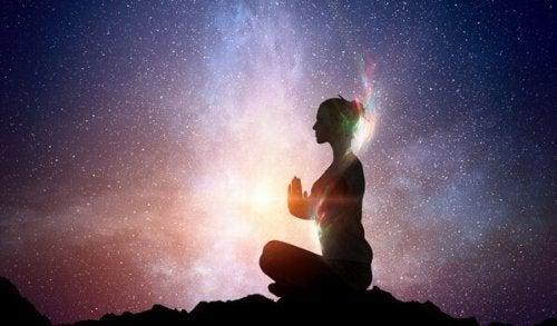 Donna che medita di fronte all'universo