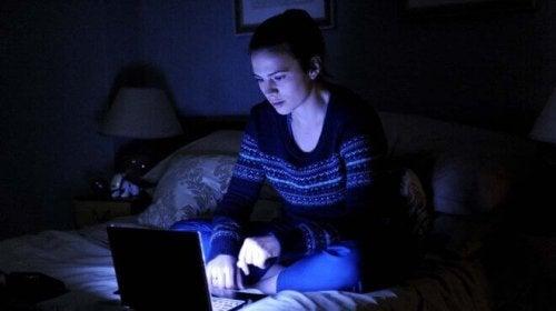 Donna che guarda il computer portatile