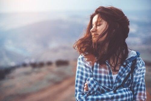 Donna con gli occhi chiusi e le braccia conserte