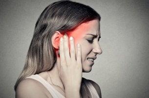 Donna con mal di testa nevralgia del trigemino