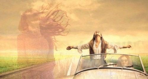 Donna in piedi in macchina