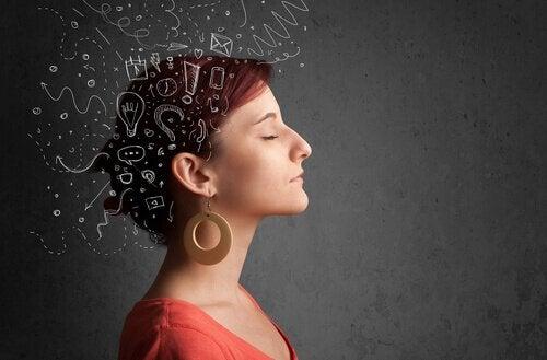 Donna con molti pensieri indesiderati
