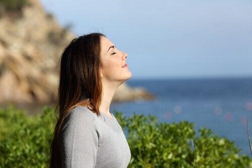 Donna che respira e raggiunge il benessere
