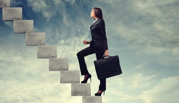Donna sale le scale della carriera