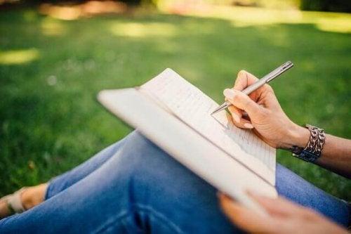Donna che scrive in un diario