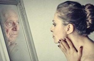 Donna che si guarda allo specchio la sindrome di Dorian Gray
