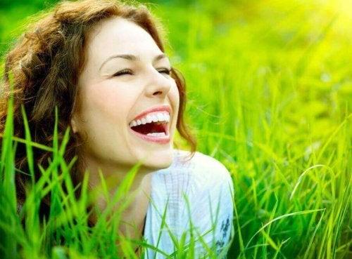 Una donna che sorride
